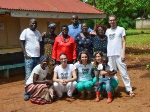 Ekipa odprave z lokalnimi sodelavci na kliniki